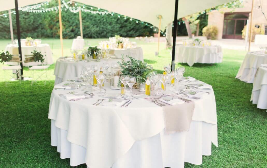 Table dressée sous la tente nomade